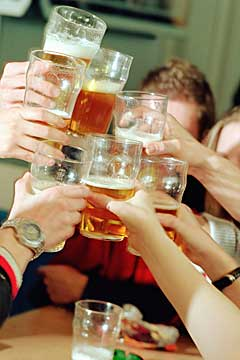 college binge drinking In fact, college students have higher binge-drinking rates and a higher incidence of driving under the influence of alcohol than their non-college peers the first 6 weeks of freshman year.