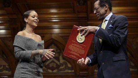 Rihanna receives Humanitarian Award!