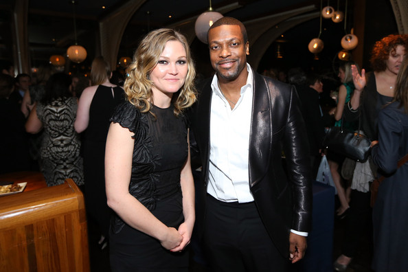 JULIA STILES AND CHRIS TUCKER POSING TOGETHER.