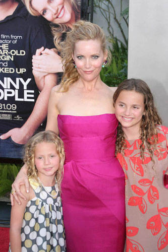 """RED CARPET FOR MOVIE """"FUNNY PEOPLE"""" - LESLIE MANN WITH HER TWO DAUGHTERS."""