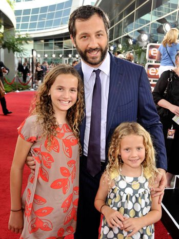 RED CARPET - JUDD APATOW WITH HIS TWO DAUGHTERS.