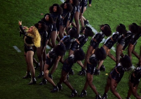 Beyonce-and-followers-in-V-formation-670x473